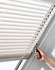 Tato manuálně ovládaná žaluzie Vám pomůže zkrotit slunce v podkroví