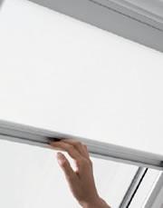 Roleta RFL VELUX pomáhá v podkroví regulovat světlo