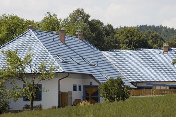 Modrá střecha z krytiny KM Beta