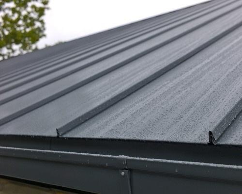 Lindab Click - moderní střešní krytina napodobující vzhled falcovaných střech
