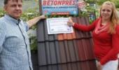 Předání výhry v soutěži o střechu za 100 000 Kč.