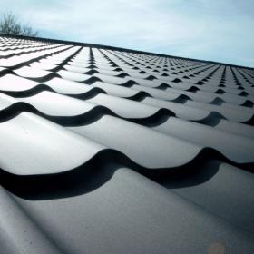 Každá střešní krytina má rub a líc a platí to i pro plechové střechy